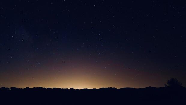 Coucher de soleil à l'horizon et tombée de la nuit.