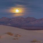 Le désert, à la tombée de la nuit.