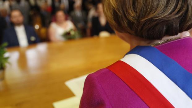 Cérémonie de mariage civil, Salon d'une mairie, France.