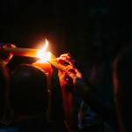 « Le cierge étant allumé, trois fois est répétée « Lumen Christi » avec les illuminations des cierges. »