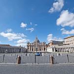 12 mars 2020 : La place Saint Pierre entièrement fermée au public, suite aux mesures de confinement prises par le gouvernement italien contre la propagation du coronavirus Covid-19. Rome, Italie.