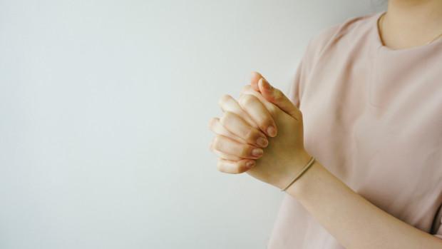 Jeune fille en prière.