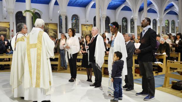 15 avril 2017 : Les nouveaux baptisés sont revêtus du vêtement blanc et portent la lumière pascale, lors de la célébration de la Vigile pascale. Egl. Saint Honoré d'Eylau à Paris (75), France.