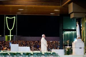 12 mai 2017 : Voyage apostolique du pape François à Fatima. Le pape François lors de la veillée mariale au Sanctuaire de Fatima, Portugal.