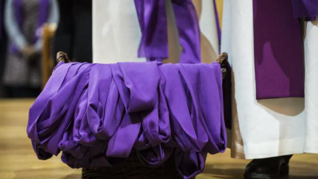 7 mars 2020 : Premier dimanche de Carême. Remise de l'écharpe violette, lors de la célébration de l'appel décisif des catéchumènes. Egl. Saint Roch, Paris (75), France.