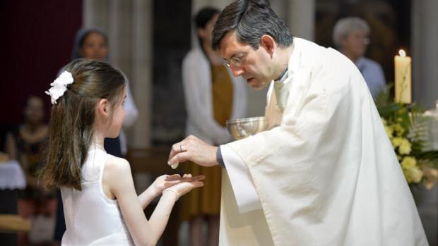 18 juin 2017 : Première communion lors de la messe dominicale de la paroisse Saint Jean de Belleville. Paris (75), France.