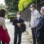 Mai 2020 : L'épidémie Coronavirus, Covid-19 et le confinement imposé par mesure sanitaire ont rendu impossibles les messes en public et la célébration de certains sacrements. Temps d'échange entre paroissiens et prêtres dans la rue. Charenton-le-Pont (94), France.