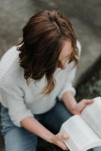 Jeune femme lisant la Bible.