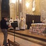 Messe enregistrée le 10 mai, dans la Paroisse Saint Jacques en Bergeracois. Les photos des enfants qui ont participé à la préparation de la messe ont été affichées devant l'autel.