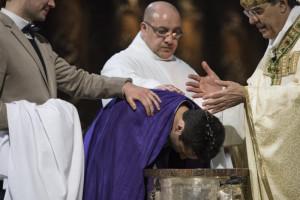 31 mars 2018 : Baptême d'adulte (qui porte l'écharpe des catéchumènes), par Mgr AUPETIT, archevêque de Paris, lors de la Vigile pascale en la cathédrale Notre Dame, Paris (75), France.