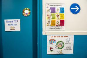 19 mai 2020 : Epidémie coronavirus Covid-19. Suite au déconfinement, reprise des cours pour des élèves d'une classe de CE2 dans l'école primaire de l'établissement privé Saint Germain de Charonne. Rappel, à l'aide de dessins, des gestes barrière et de l'hygiène sur un tableau d'affichage. Paris (75), France.