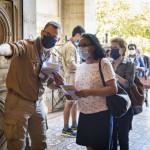 31 mai 2020 : Reprise des célébrations dominicales, suite à l'épidémie de coronavirus Covid-19. Messe de Pentecôte célébrée en l'église Saint-Pierre de Charenton. Accueil des fidèles à l'entrée de l'église pour le respect des mesures sanitaires durant la célébration. Charenton-le-Pont (94), France.