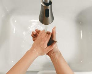 Hygiène des mains : ce qui était pour beaucoup une saine et bonne habitude est devenu la norme, dans le contexte épidémique de la COVID-19.