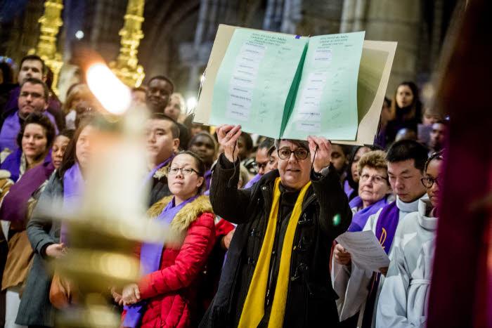 5 mars 2017 : Présentation du registre signés par les catéchumènes, lors de la célébration de l'Appel décisif des catéchumènes adultes en la cathédrale basilique de Saint-Denis (93), France.