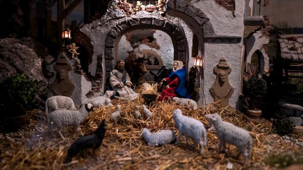 Une crèche de Noël réalisée dans une église.