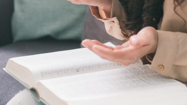 Prière et lecture de la Bible.