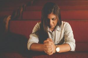 La prière « nous permet de dire [à Jésus] tout ce qui nous arrive et de rester confiants dans ses bras, et en même temps elle nous offre des instants de précieuse intimité et d'affection, où Jésus répand en nous sa propre vie. » (Christus vivit, n°155)