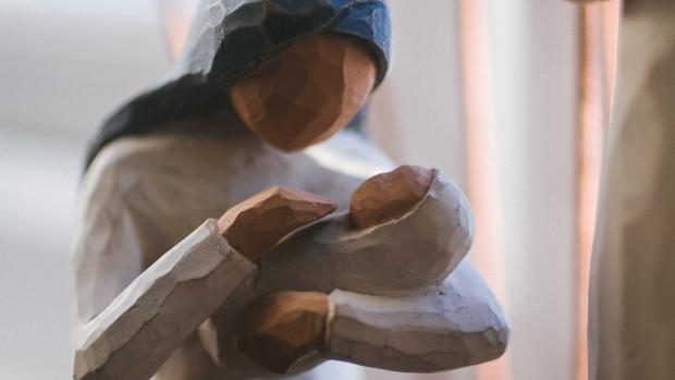 Statue à l'effigie de la Vierge Marie tenant l'enfant Jésus dans ses bras.