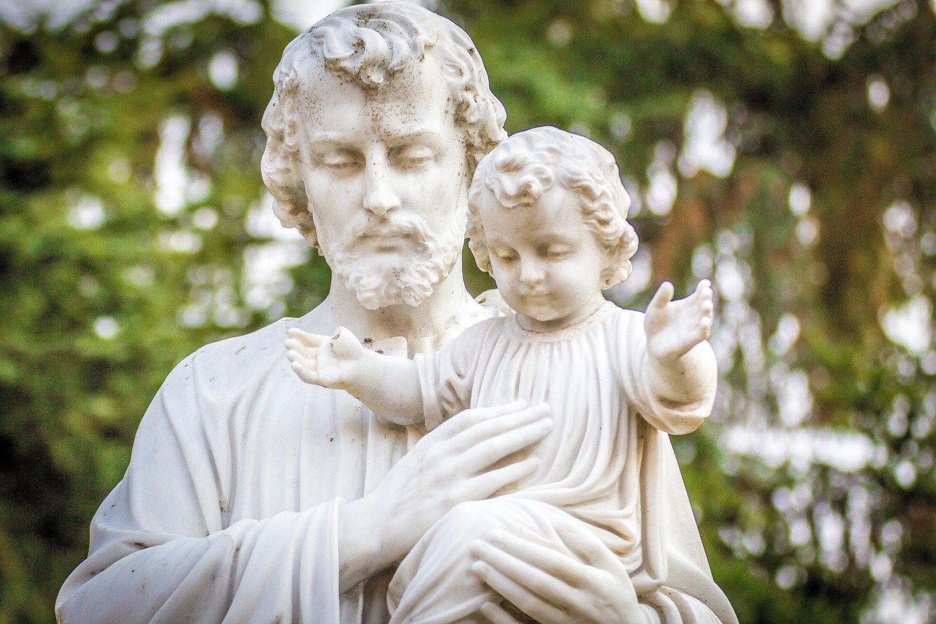 « Dans la vie cachée de Nazareth, Jésus a appris à faire la volonté du Père à l'école de Joseph. » Lettre apostolique Patris Corde.