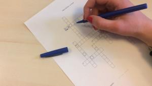 Un participant remplit la grille de mots fléchés proposée lors de la session « Mystère pascal et salut » en janvier 2018.