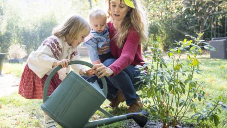 Une mère et ses enfants au jardin. France.