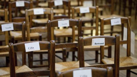 07 avril 2012 : Chaises réservées pour les catéchumènes et leur parrain et marraine, Veillée Pascale, paroisse de Saint Nicolas des Champs, Paris (75), France.